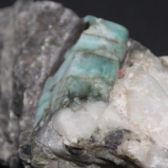 pierre-emeraude-brute-de-1.100-kgs-avec-matrice-de-quartz-et-mica-noir_shiva_esoterisme_lithotherapie_mineraux_menen_halluin_59250_belgique_france_auvergne_rhone-alpes_aquitaine